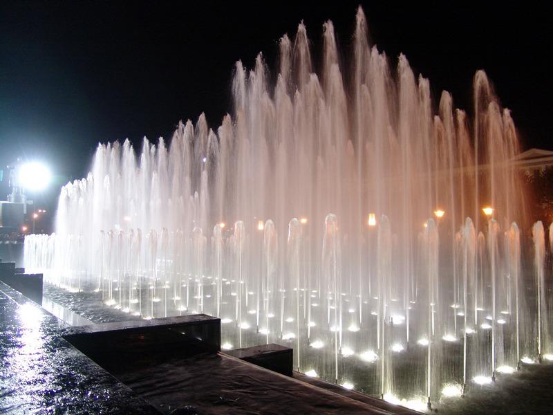 Поющие фонтаны на площади Ленина
